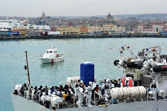 Rescued migrants wait to disembark an Italian Guardia Costiera vessel at the Sicilian harbour of Catania on April 24, 2015 (AFP Photo/Alberto Pizzoli)