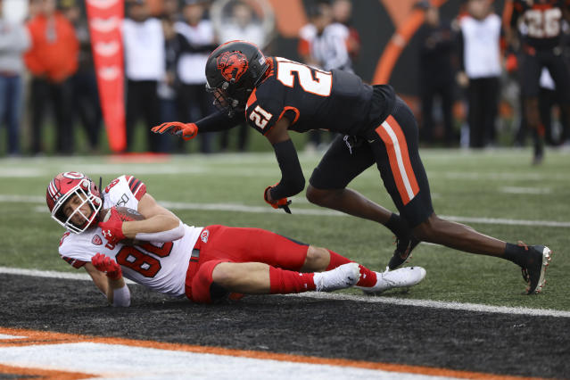 Utah tight end Brant Kuithe (80) lands in the end zone ahead of Oregon State defensive back Nahshon Wright (21) during the first half of an NCAA college football game in Corvallis, Ore., Saturday, Oct. 12, 2019. (AP Photo/Amanda Loman)