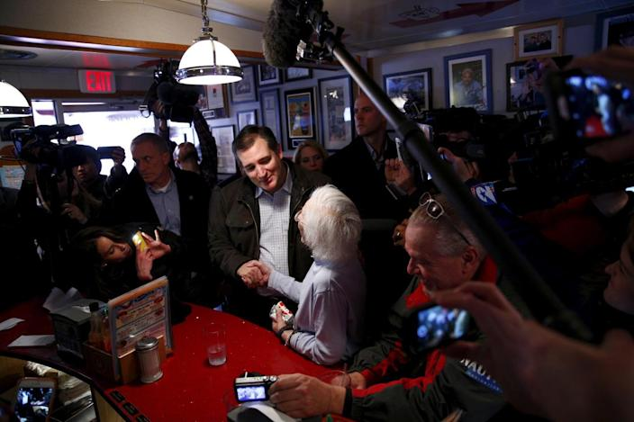 <p>U.S. Republican Presidential hopeful Ted Cruz greets a customer at the Red Arrow Diner in Manchester, New Hampshire February 9, 2016.<i> (Photo: Eric Thayer/Reuters)</i></p>