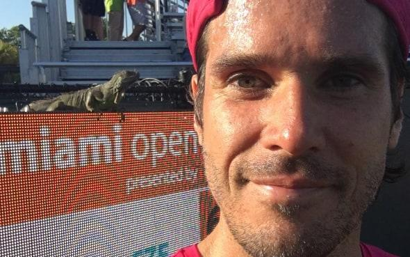 Tommy Haas poses for a selfie with the AWOL iguana  - Tommy Haas Instagram