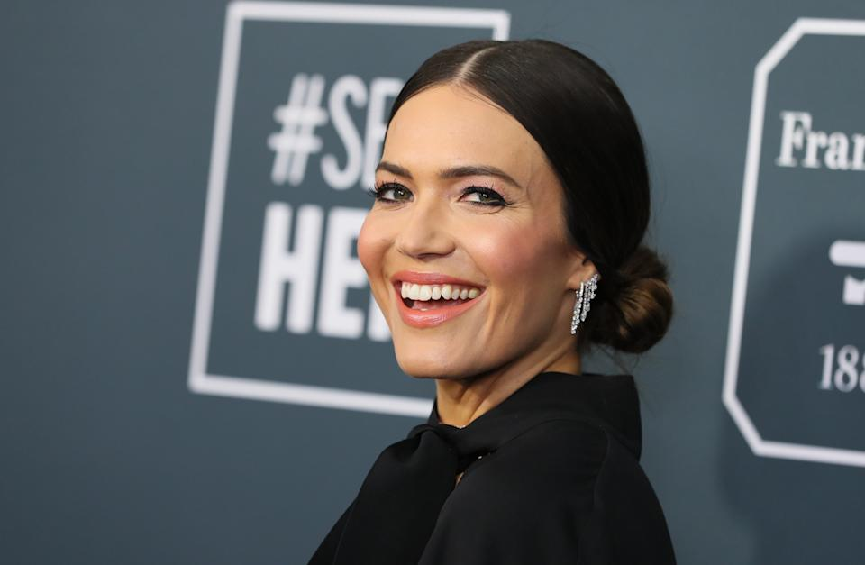 US actress/singer Mandy Moore arrives for the 25th Annual Critics' Choice Awards at Barker Hangar Santa Monica airport on January 12, 2020 in Santa Monica, California. (Photo by Jean-Baptiste LACROIX / AFP) (Photo by JEAN-BAPTISTE LACROIX/AFP via Getty Images)
