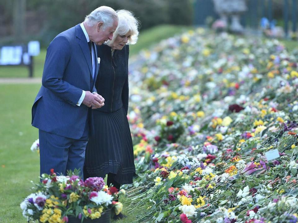 Prinz Charles und Herzogin Camilla in den Gärten von Marlborough House in London. (Bild: imago images/i Images)