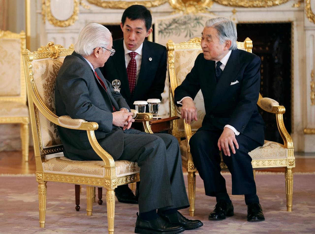 Singapore's President Tony Tan Keng Yam talks with Japanese Emperor Akihito (R) during their farewell meeting at the Akasaka State Guest House in Tokyo, Japan December 2, 2016. REUTERS/Koji Sasahara/Pool