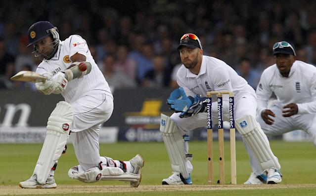 England wicketkeeper Matt Prior (C) looks on as Sri Lanka's Mahela Jayawardene (L) plays a shot on the third day's play in the first Test at Lord's cricket ground in London on June 14, 2014 RESTRICTED TO EDITORIAL USE. NO ASSOCIATION WITH DIRECT COMPETITOR OF SPONSOR, PARTNER, OR SUPPLIER OF THE ECB (AFP Photo/Ian Kington)