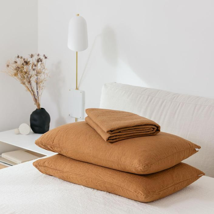"<h3>Sömn Home</h3><br>This Canada-based brand makes high-quality sustainable linen bedding in a slew of beautiful shades. Their organic linen fabric is specifically made from flax which is naturally antibacterial and temperature regulating. <br><br><em>Shop <a href=""https://somnhome.com/"" rel=""nofollow noopener"" target=""_blank"" data-ylk=""slk:Sömn Home"" class=""link rapid-noclick-resp"">Sömn Home</a></em><br><br><br><strong>Sömn Home</strong> Linen Comfort Set, $, available at <a href=""https://go.skimresources.com/?id=30283X879131&url=https%3A%2F%2Fsomnhome.com%2Fproducts%2Fsomn-linen-comfort-sheet-set"" rel=""nofollow noopener"" target=""_blank"" data-ylk=""slk:Sömn Home"" class=""link rapid-noclick-resp"">Sömn Home</a>"
