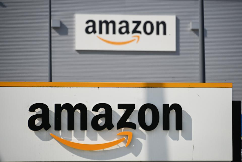 Le logo d'Amazon devant le centre logistique de Lauwin-Planque (Nord), le 16 avril 2020. (Photo: DENIS CHARLET / AFP)