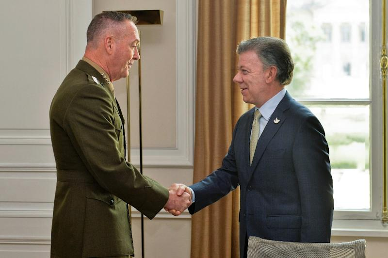 Picture released by the Colombian Presidency press office shows Colombian President Juan Manuel Santos (R) with US Chairman of the Joint Chiefs of Staff General Joseph Dunford, in Bogota (AFP Photo/Cesar Carrion)