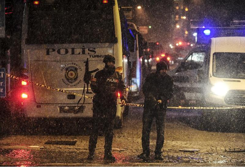Police stand guard after a female suicide bomber died on January 6, 2015 when she blew herself up in Istanbul (AFP Photo/Bulent Kilic)