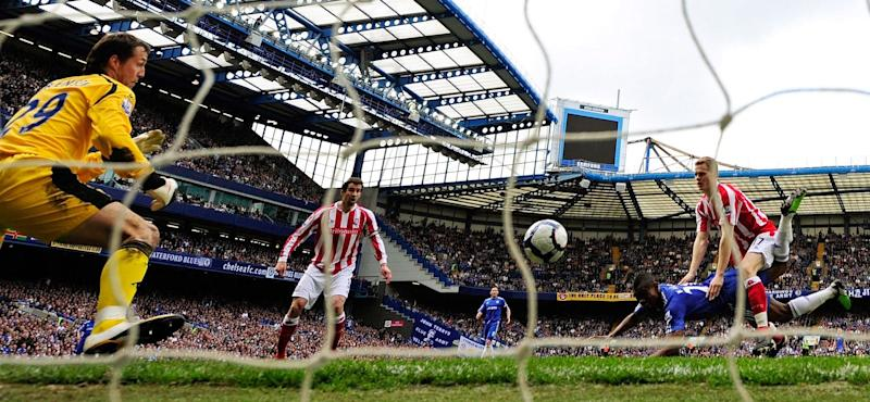 Chelsea's Kalou scores against Stoke City during their English Premier League soccer match in London...Chelsea's Salomon Kalou (C) scores his first goal with a diving header against Stoke City during their English Premier League soccer match at Stamford Bridge in London April 25, 2010. REUTERS/Dylan Martinez (BRITAIN - Tags: SPORT SOCCER) NO ONLINE/INTERNET USAGE WITHOUT A LICENCE FROM THE FOOTBALL DATA CO LTD. FOR LICENCE ENQUIRIES PLEASE TELEPHONE ++44 (0) 207 864 9000 - Credit: DYLAN MARTINEZ/REUTERS