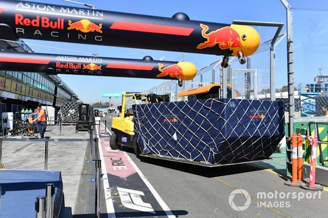 "Arrivo del trasporto Red Bull <span class=""copyright"">Mark Sutton / Motorsport Images</span>"