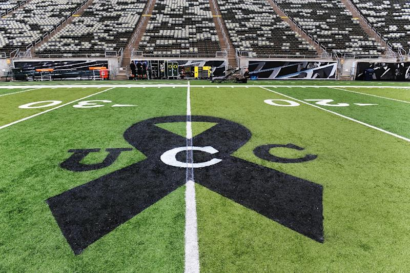 A black ribbon is painted on the turf before the game between the Oregon Ducks and the Washington State Cougars on October 10, 2015 in Eugene, Oregon to commemorate the victims of the campus shooting at Umpqua Community College in Roseburg (AFP Photo/Steve Dykes)