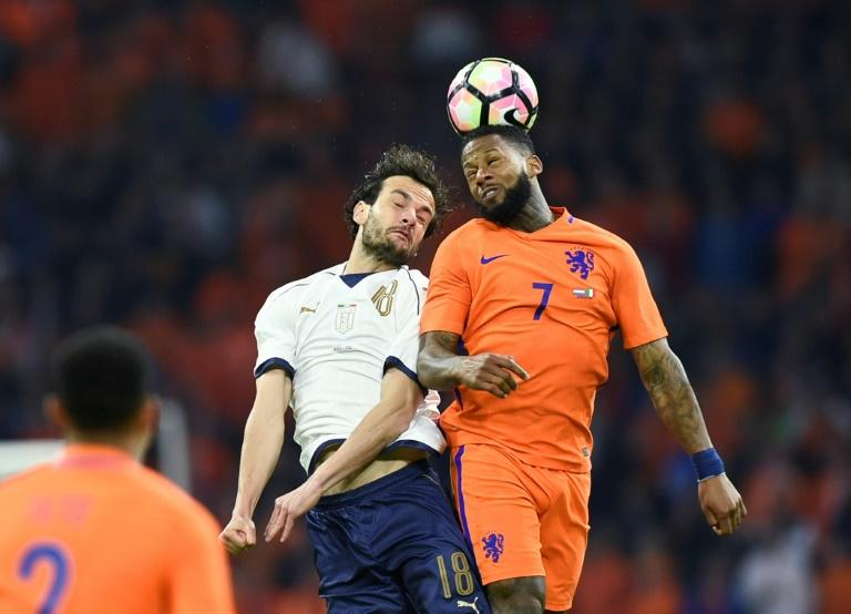 Italy's Marco Parolo (L) vies with Netherlands' Jeremain Lens (R) during the Friendly football match between Netherlands and Italy at the Arena Stadium, on March 28, 2017 in Amsterdam