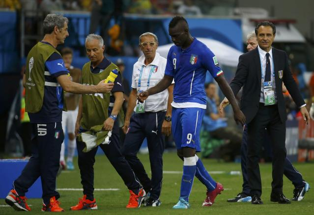 Italy's Mario Balotelli walks past coach Cesare Prandelli during the 2014 World Cup Group D soccer match between England and Italy at the Amazonia arena in Manaus June 14, 2014. REUTERS/Kai Pfaffenbach (BRAZIL - Tags: SOCCER SPORT WORLD CUP)