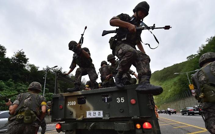 South Korean soldiers get off a truck during an anti-terror drill as part of an annual joint military drill called Ulchi Freedom, outside a tunnel in Seoul on August 18, 2014 (AFP Photo/Jung Yeon-Je)