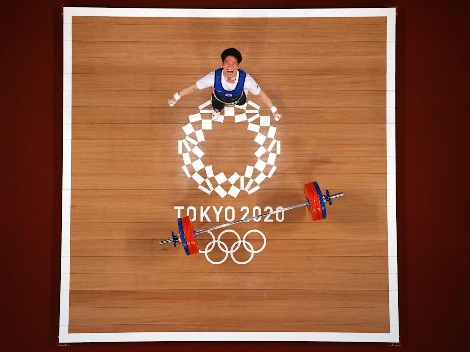 Overhead shot of South Korean weightlifter yelling at the Tokyo Olympics