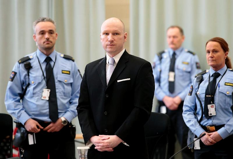 Norwegian mass killer Anders Behring Breivik, surrounded by prison guards, attends his fourth and last day in court in Skien prison, March 18, 2016 (AFP Photo/Lise Aserud)
