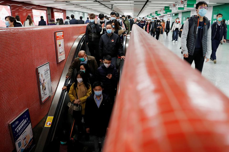 Passengers wear mask to prevent a new coronavirus outbreak at a Mass Transit Railway (MTR) subway train station in Hong Kong, China, January 29, 2020. REUTERS/Tyrone Siu
