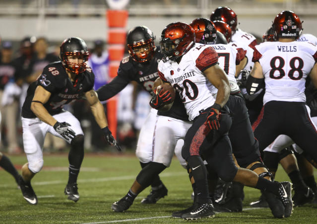 "San Diego State's <a class=""link rapid-noclick-resp"" href=""/ncaaf/players/245897/"" data-ylk=""slk:Rashaad Penny"">Rashaad Penny</a> (20) runs the ball against UNLV during an NCAA college football game in Las Vegas on Saturday, Oct. 7, 2017. (Chase Stevens/Las Vegas Review-Journal via AP)"