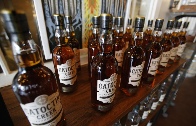 Foto de la fabricante de whiskey Catoctin Creek Distillery, el 20 de junio del 2018, en Purcellville, Virginia.  (AP Photo/Steve Helber, File)