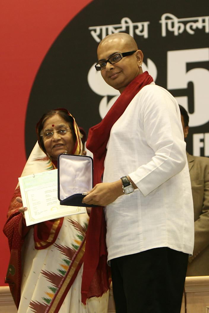 NEW DELHI, INDIA � OCTOBER 22: President Pratibha Patil presents the best director award to Rituparno Ghosh for his Bengali film 'Abhomaan' during the 57th National Film Awards function in New Delhi on October 22, 2010. (Photo by Naveen Jora/The India Today Group via Getty Images)