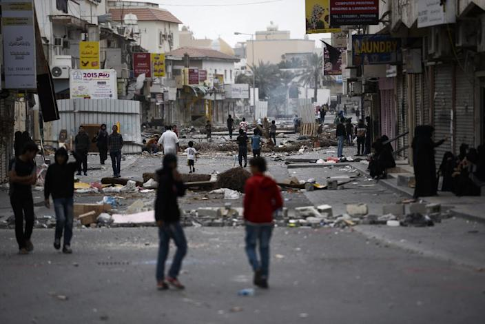 Bahraini protesters block the road during clashes with police following a demonstration to mark the fourth anniversary of the Arab Spring-inspired uprising on February 14, 2015, in the village of Daih, on the outskirts of Manama (AFP Photo/Mohammed al-Shaikh)