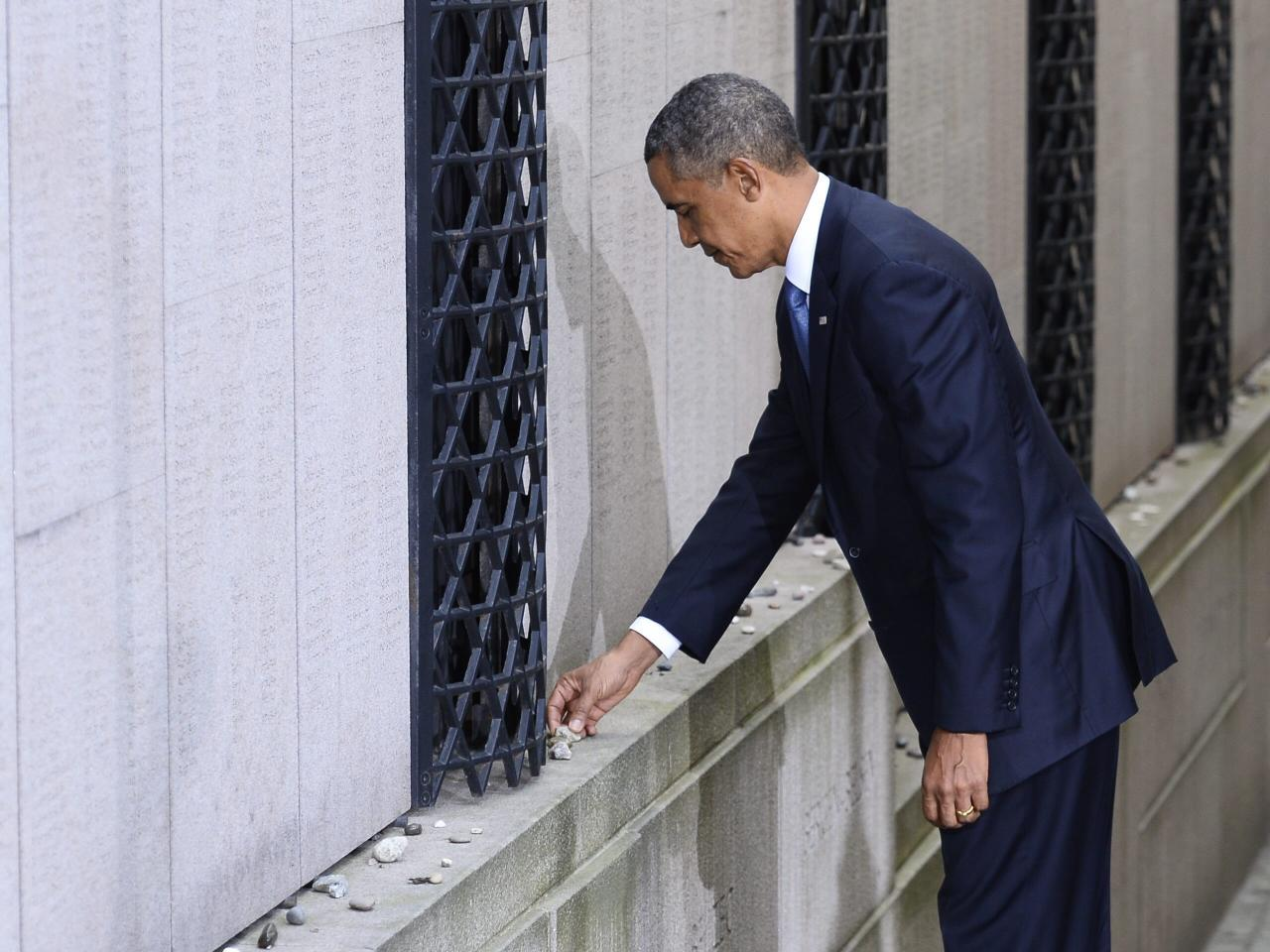 U.S. President Barack Obama places a stone in memory of Swedish diplomat Raould Wallenberg at the Stockholm Synagogue September 4, 2013. Wallenberg issued thousands of protective passports to jews in nazi-occupied Hungary in 1944-45. Obama is on a two-day official visit to Sweden. REUTERS/Claudio Bresciani/Scanpix (SWEDEN - Tags: POLITICS) ATTENTION EDITORS - THIS IMAGE HAS BEEN SUPPLIED BY A THIRD PARTY. IT IS DISTRIBUTED, EXACTLY AS RECEIVED BY REUTERS, AS A SERVICE TO CLIENTS. SWEDEN OUT. NO COMMERCIAL OR EDITORIAL SALES IN SWEDEN. NO COMMERCIAL SALES