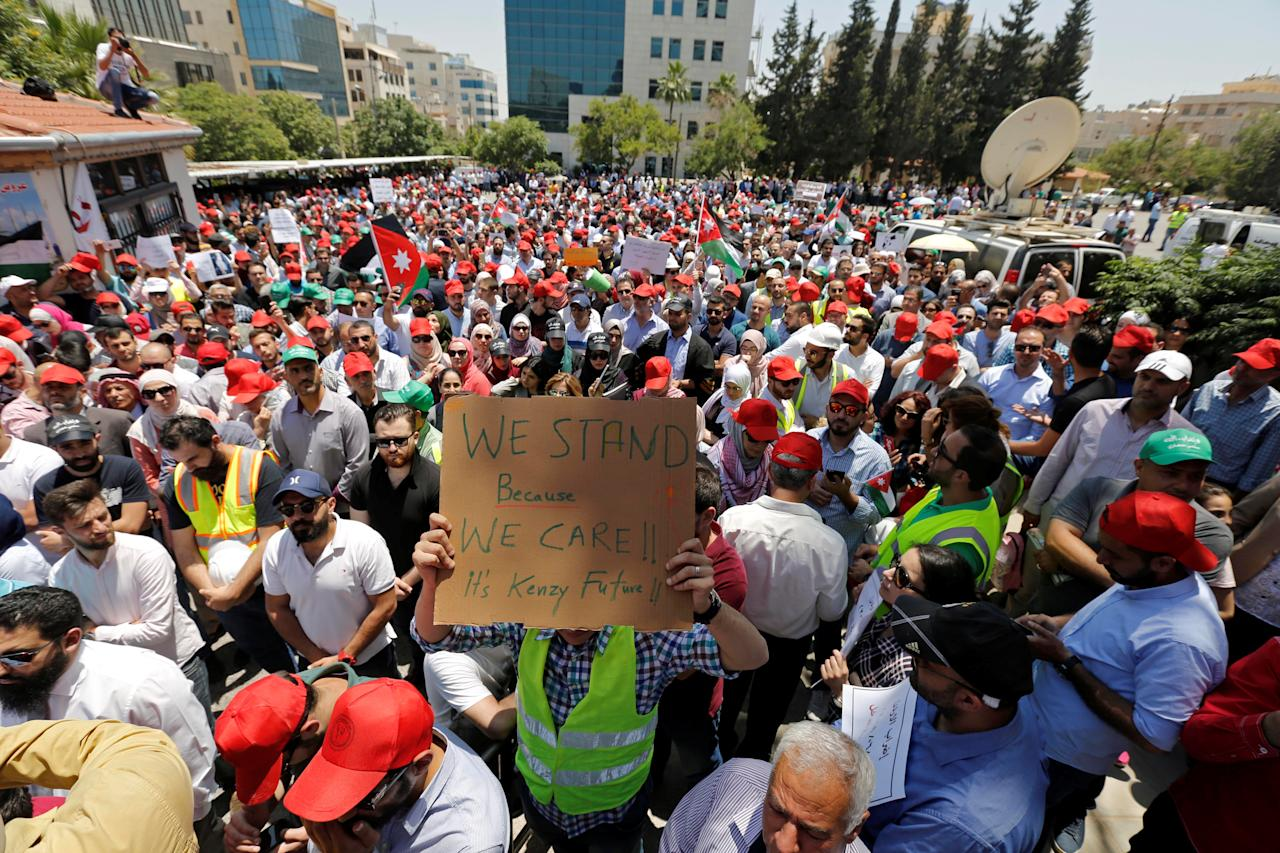 <p>Protesters are seen gathered in front of the Labour Union offices in Amman, Jordan, June 6, 2018. (Photo: Muhammad Hamed/Reuters) </p>