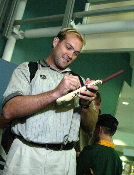 AUCKLAND, NEW ZEALAND - FEBRUARY 09:  Jacques Kallis signs an autograph after the South African Team arrived at the Auckland International Airport , Sunday Feb 08 .  (Photo by Geoff Dale/Getty Images)