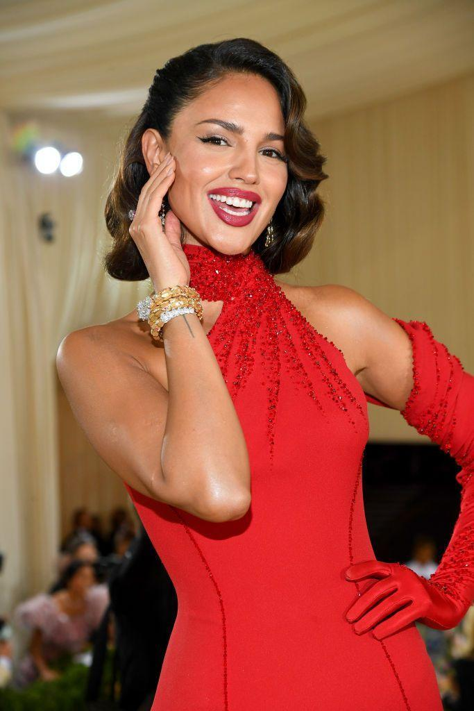 <p>Old Hollywood waves and a classic red lip? Eiza González definitely understood the assignment.</p>