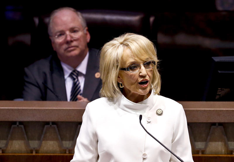 Arizona gov. opts for federal Medicaid expansion