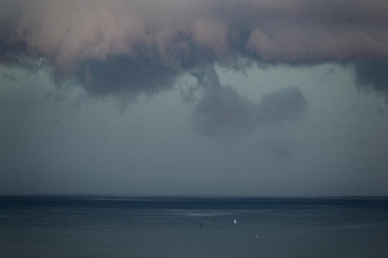 The storm caught tourists on Lake Geneva by surprise (AFP Photo/FABRICE COFFRINI)