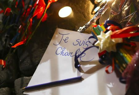 """A note reading """"I am Charlie"""" lies on the floor in front of the French embassy in Rome"""