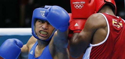 Jose de la Nieve Linares (R) of Spain defends against Carlos Quipo Pilataxi (L) of Ecuador during their first round Light Flyweight (49kg) boxing match of the London 2012 Olympics at the ExCel Arena July 31, 2012 in London. Quipo Pilataxi was awarded a 14-11 points decision. AFP PHOTO / Jack GUEZ