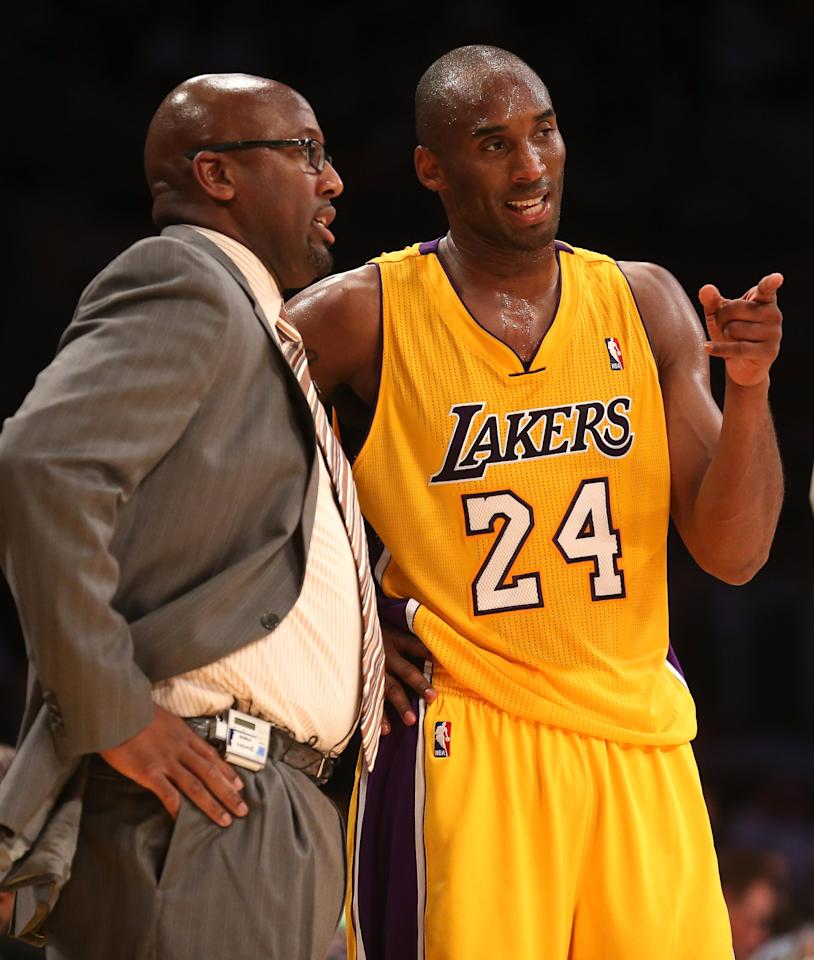 LOS ANGELES, CA - NOVEMBER 02:  Head coach Mike Brown and Kobe Bryant #24 of the Los Angeles Lakers confer during the game against the Los Angeles Clippers at Staples Center on November 2, 2012 in Los Angeles, California.  The Clippers won 105-95.  NOTE TO USER: User expressly acknowledges and agrees that, by downloading and or using this photograph, User is consenting to the terms and conditions of the Getty Images License Agreement.  (Photo by Stephen Dunn/Getty Images)