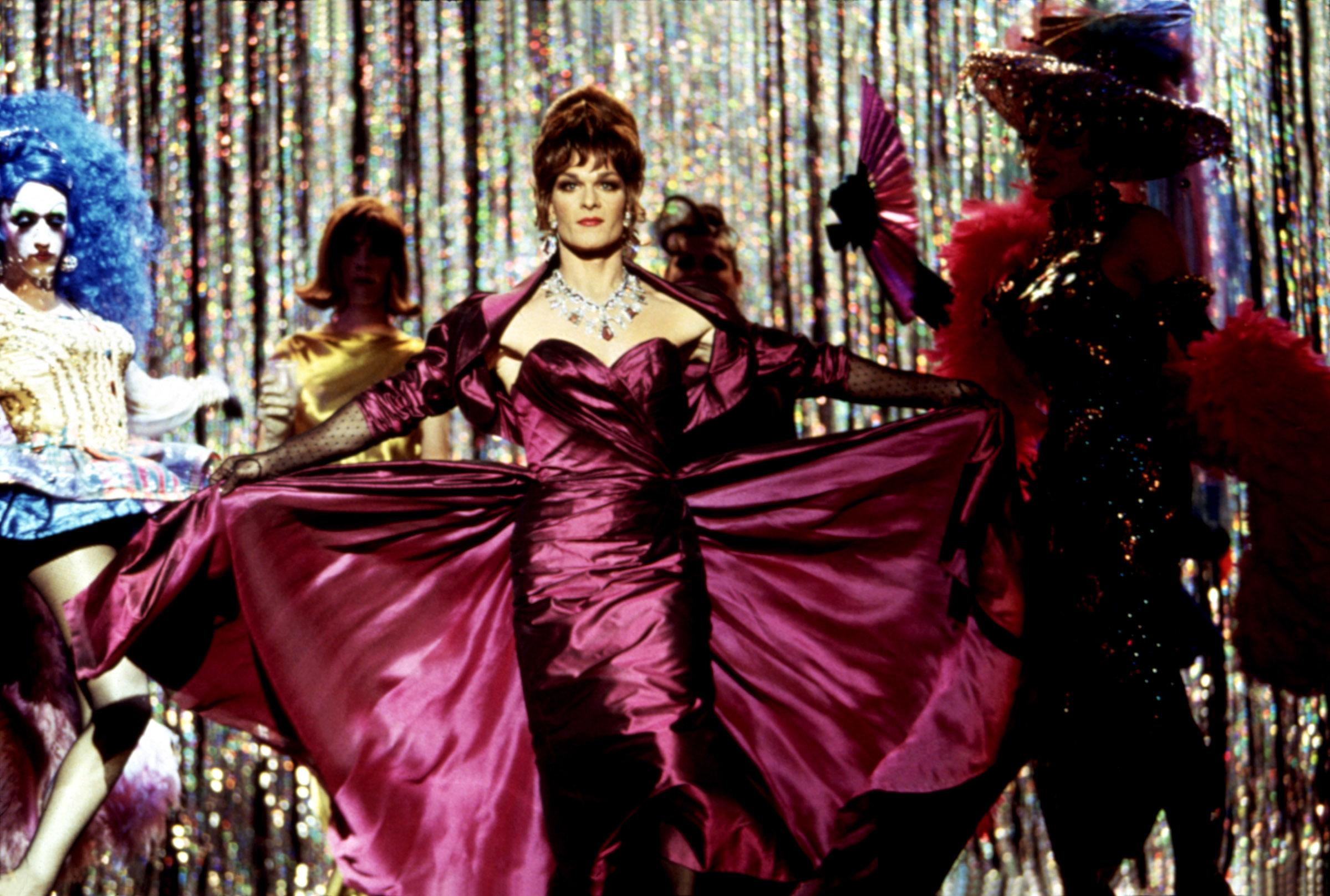 Vida (Swayze) takes the stage in 'To Wong Foo' (Photo: MCA/Courtesy Everett Collection)