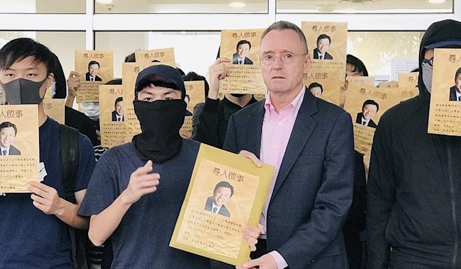HKU vice-president Ian Holliday accepts the petition. Photo: Chan Ho-him