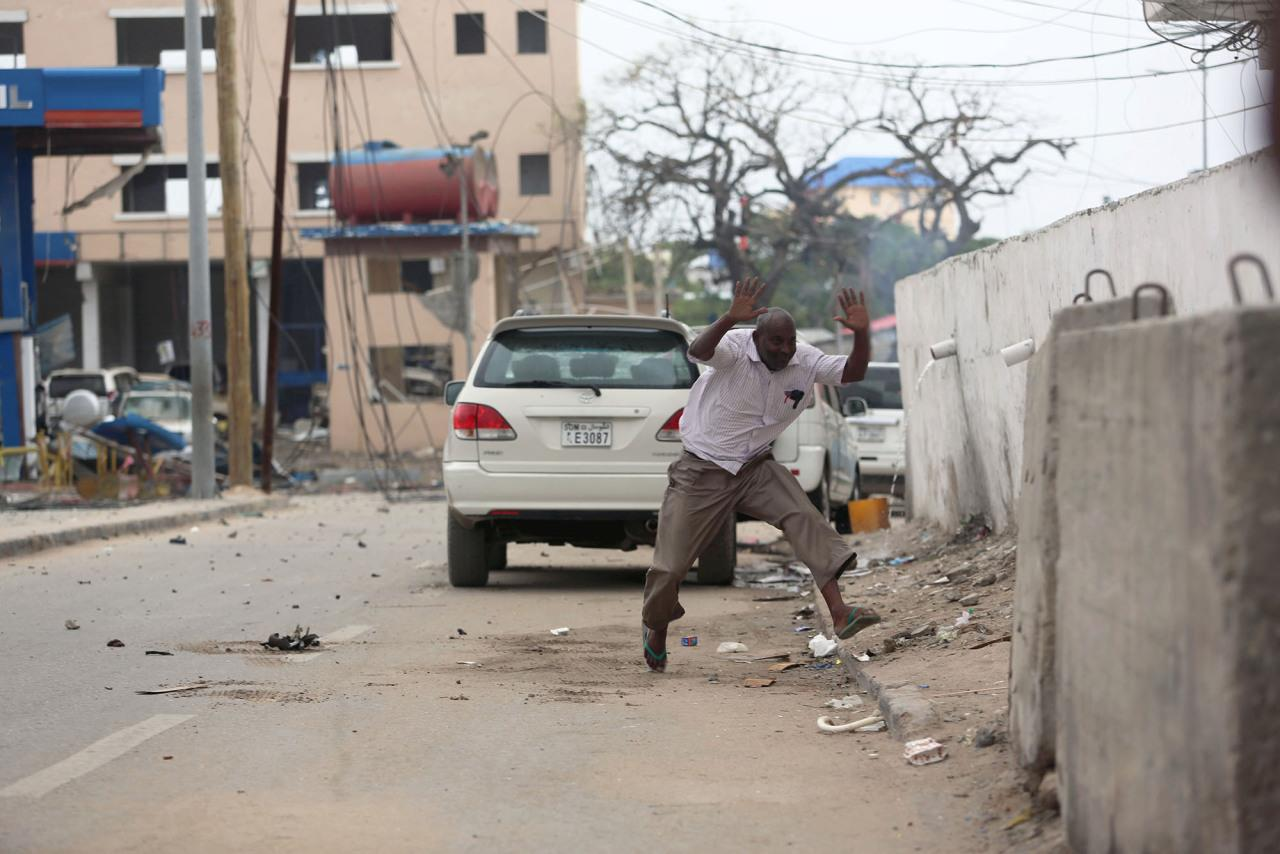 <p>A man raises his hands as he runs from the scene of a suicide bomb attack outside Nasahablood hotel in Somalia's capital Mogadishu, June 25, 2016. (Photo: Feisal Omar/REUTERS) </p>