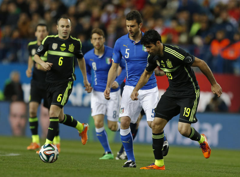 Spain's Diego Costa, right controls the ball during a friendly soccer match against Italy at the Vicente Calderon stadium in Madrid, Wednesday March 5, 2014. (AP Photo/Paul White)