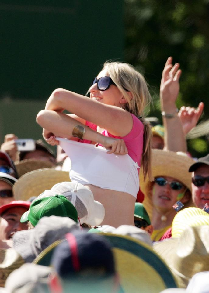 ADELAIDE, AUSTRALIA - DECEMBER 03:  The crowd have their attention drawn away from the action on the field during day three of the second Ashes Test Match between Australia and England at the Adelaide Oval on December 3, 2006 in Adelaide, Australia.  (Photo by Quinn Rooney/Getty Images)