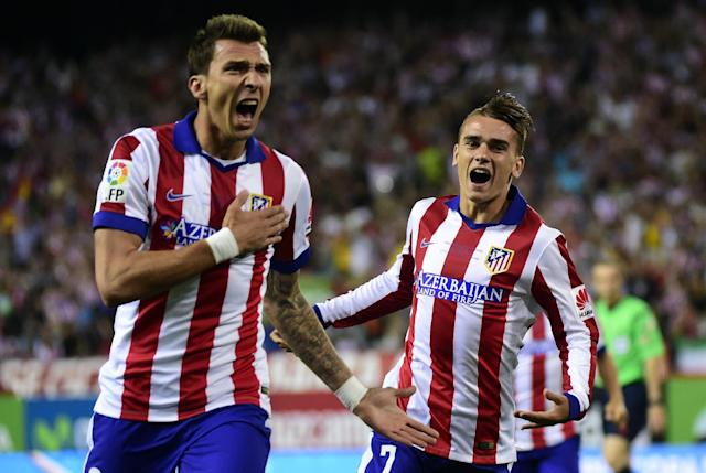 Atletico Madrid's Mario Mandzukic (L) celebrates with teammate Antoine Griezmann after scoring during the La Liga match against Real Madrid in Madrid on August 22, 2014 (AFP Photo/Gerard Julien)