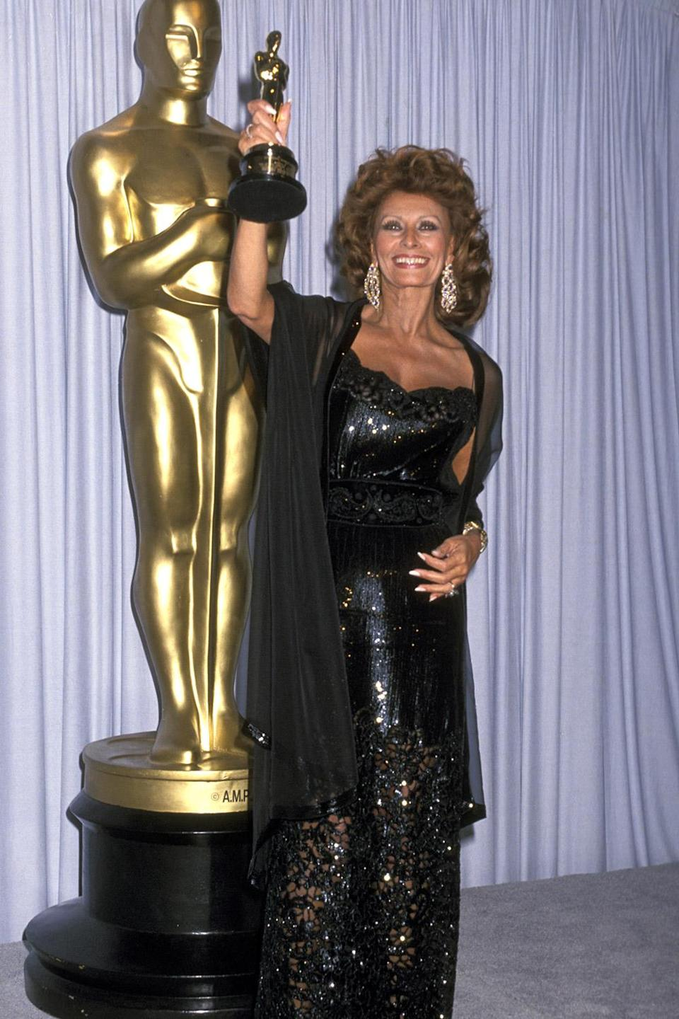<p>Sophia Loren showed off her honorary award with a smile. </p>