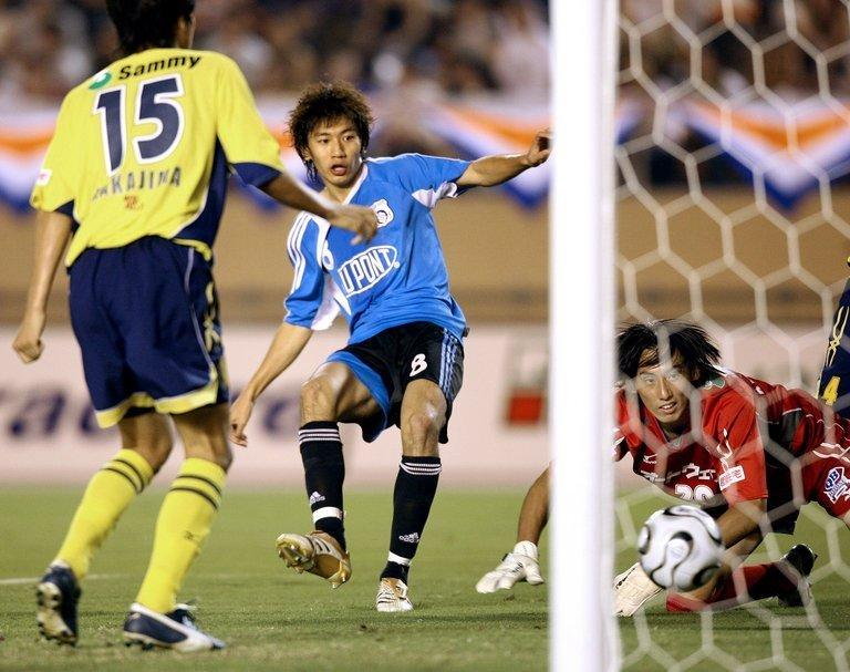 Midfielder Zhu Ting (C) of Chinese club Dalian Shide FC pictured during a match in Tokyo on August 5, 2006