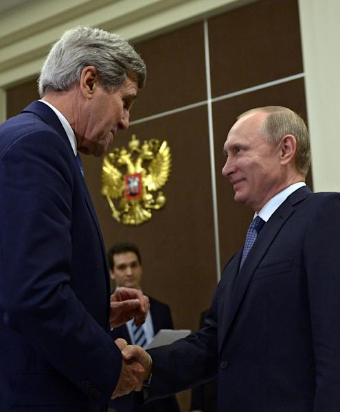 Russia's President Vladimir Putin (R) shakes hands with US Secretary of State John Kerry during their meeting in Sochi on May 12, 2015 (AFP Photo/Aleksei Nikolsky)