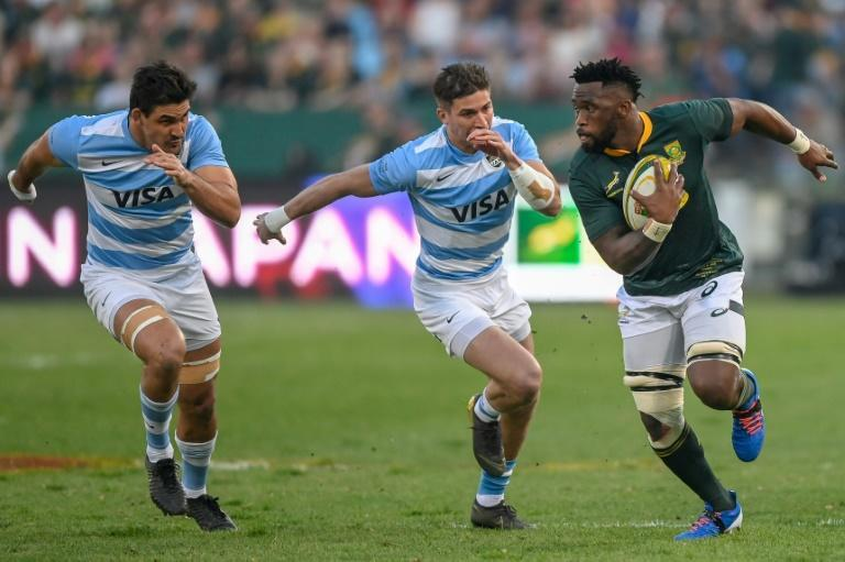 South Africa skipper Siya Kolisi (R) outpaces two Argentines during a Rugby World Cup warm-up match in Pretoria last month (AFP Photo/Christiaan Kotze)