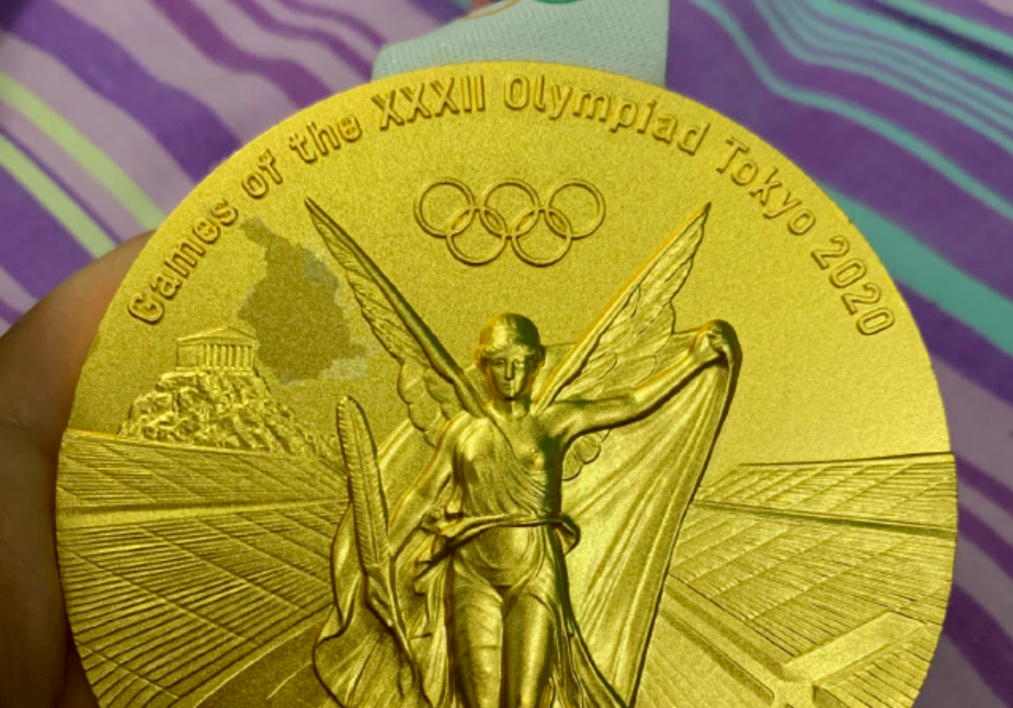 The medal appears to show parts of it coming away on the top left side. (Weibo)