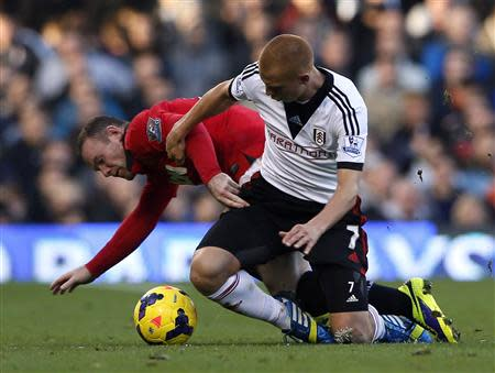 Manchester United's Wayne Rooney (L) is challenged by Fulham's Steve Sidwell during their English Premier League soccer match at Craven Cottage in London November 2, 2013. REUTERS/Stefan Wermuth