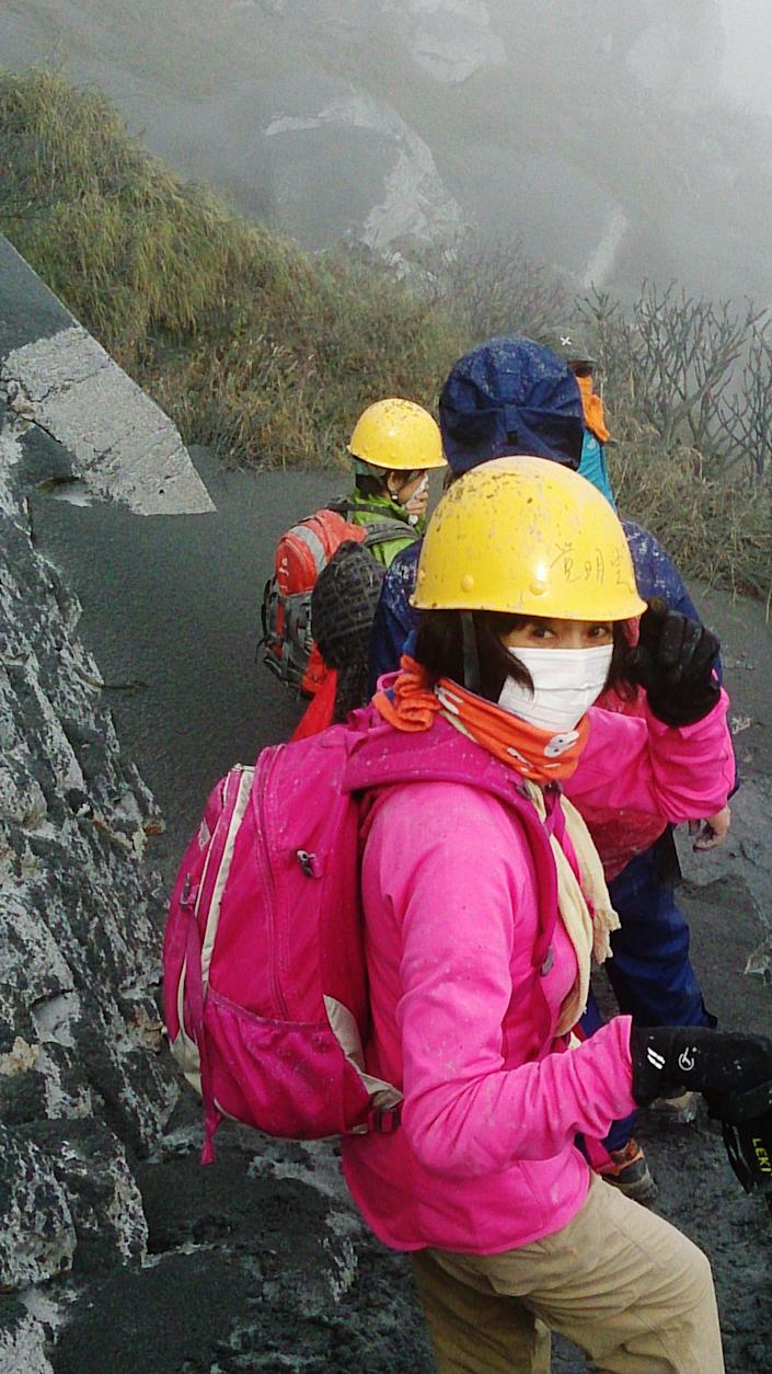 This picture taken by climber Junko Kumada on September 27, 2014 shows climbers evacuating Mount Ontake as Japan's volcano Ontake erupted (AFP Photo/Junko Kumada )