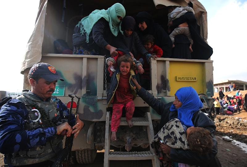 Displaced Iraqis from war-wracked Mosul arrive at the Hamam al-Alil camp on March 20, 2017