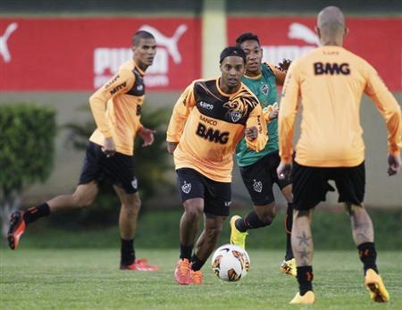 Ronaldinho (C) of Brazil's Atletico Mineiro attends a training session a day before their Copa Libertadores first leg final soccer match against Paraguay's Olimpia in Luque, near Asuncion July 16, 2013. REUTERS/Jorge Adorno