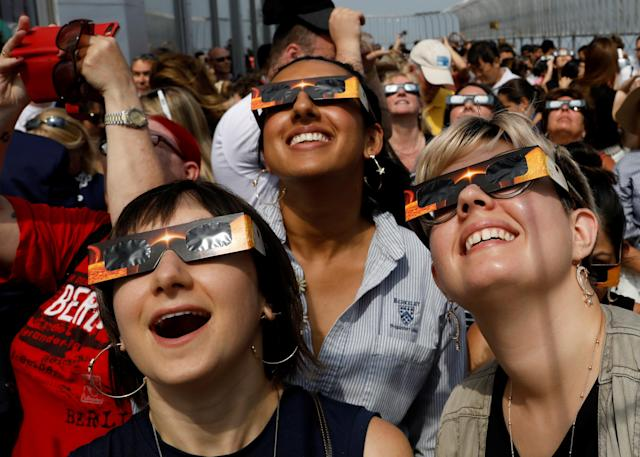 <p>People watch the solar eclipse from the observation deck of The Empire State Building in New York City, Aug. 21, 2017. (Photo: Brendan McDermid/Reuters) </p>